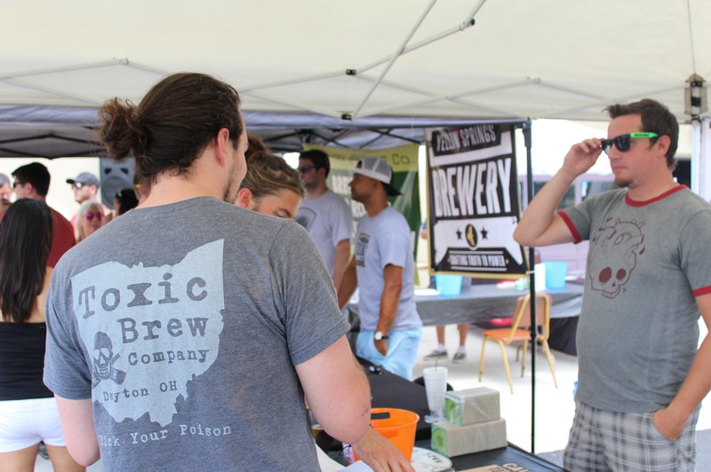 Browary Dayton zbierają się w The Yellow Cab Tavern w piątek 17 sierpnia, aby świętować piwo warzone w Dayton.  Impreza odbywa się równolegle do Rajdu Ciężarówek Żywności Yellow Cab.  Zdjęcie: wkład.